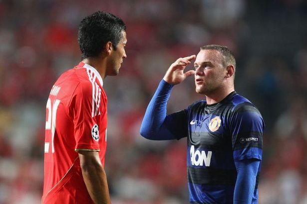 Garay conversa com Rooney em jogo da UCL de 2011/12