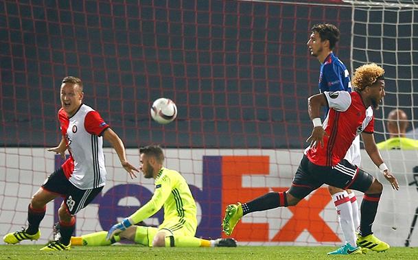 Com gol irregular, United estreia com derrota na UEFA Europa League