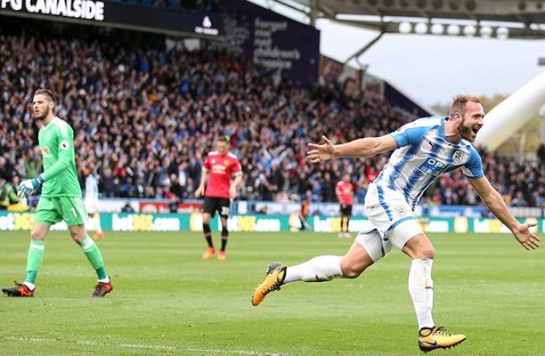 Huddersfield aproveita falhas do United e vence o United após 65 anos