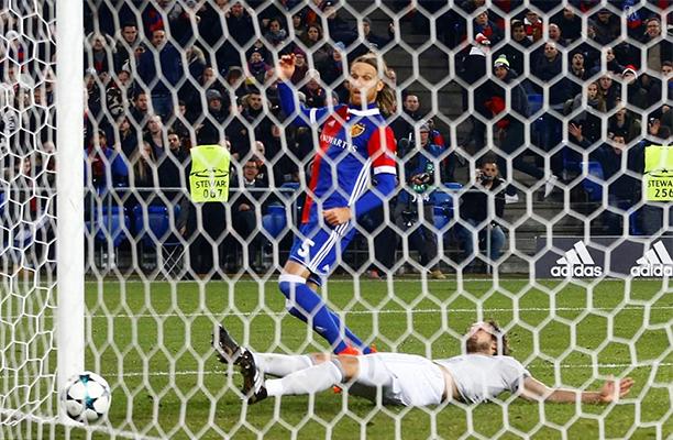 United é pressionado, mas com gol de Young vence o Brighton