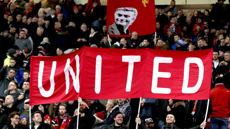 Torcedores do United respondem a críticas de José Mourinho quanto a atmosfera em Old Trafford