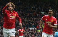 Com gol de Fellaini nos acréscimos, United vence o Arsenal e assegura vaga na Champions