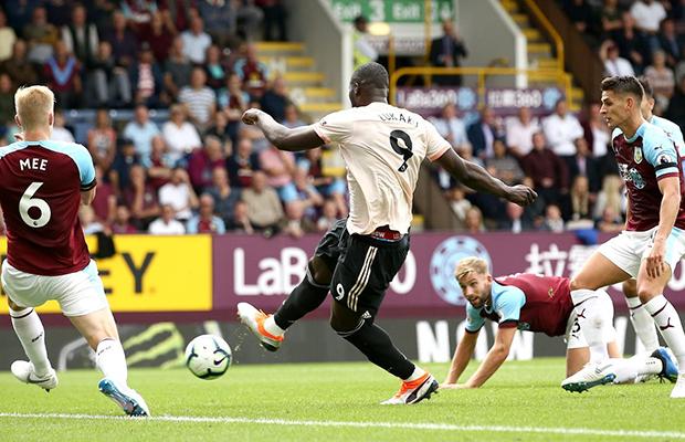 Lukaku marca duas vezes, United derrota o Burnley e volta a vencer na Premier League